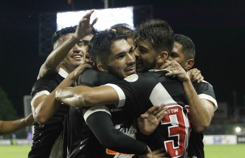 Andrey é abraçado pelos companheiros após marcar