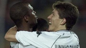 Clebson abraça Juninho Paulista, durante jogo do Vasco pela Libertadores de 2001