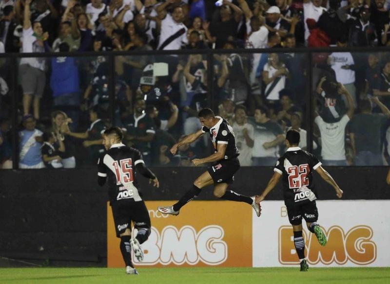 Danilo Barcelos vibra muito após gol de Tiago Reis
