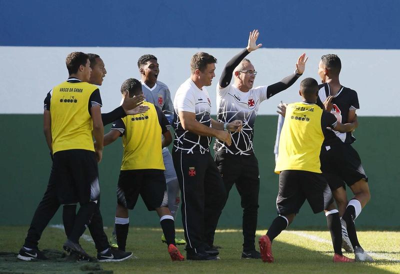 Jogadores comemoram o gol de Victor com a comissão técnica