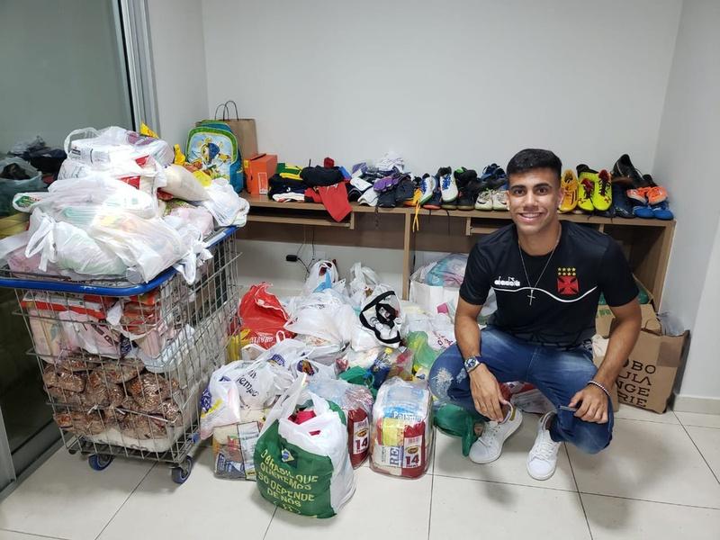 Tiago Reis com materiais para serem doados