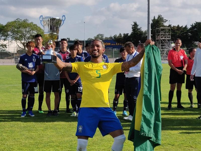 Douglas Luiz foi eleito o melhor jogador do Torneio de Toulon 2019