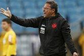 Indignação. Após a derrota em Porto Alegre, Vanderlei Luxemburgo subiu o tom contra o árbitro (Foto: Diego Vara / Reuters)