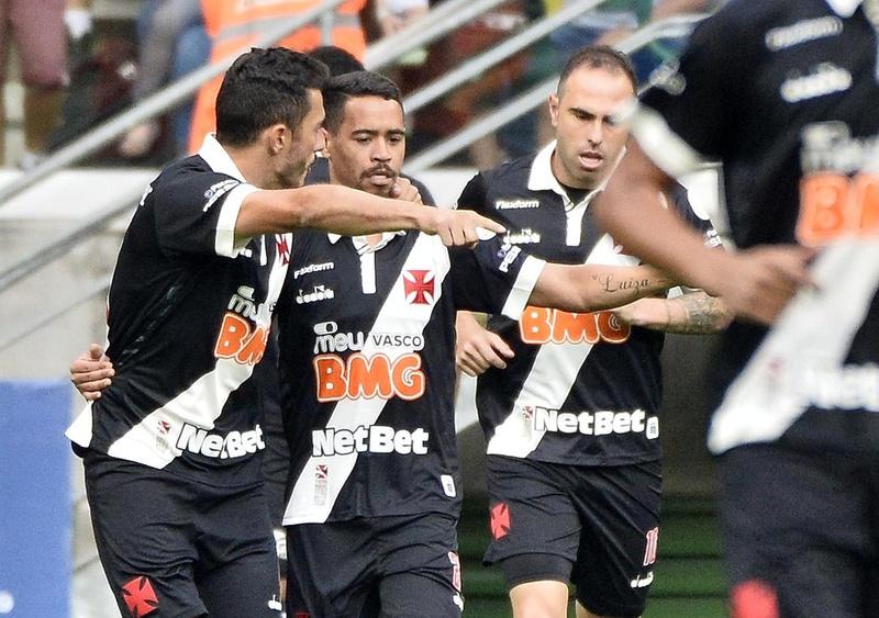 Jogadores comemoram gol de Marrony