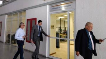 Campello (esquerda) chega à Delegacia de Defraudações para prestar depoimento