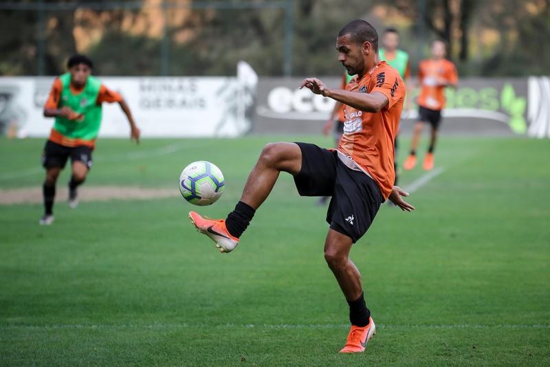 Clayton durante treino do Atlético-MG