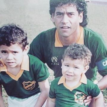 Marcelo Castan, na época de jogador, com os filhos Leandro (esq) e Luciano (dir)