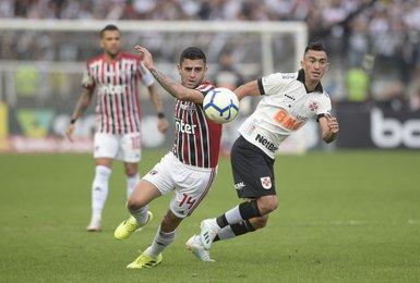 Raul e Liziero disputam a bola na partida entre Vasco e São Paulo, em São Januário