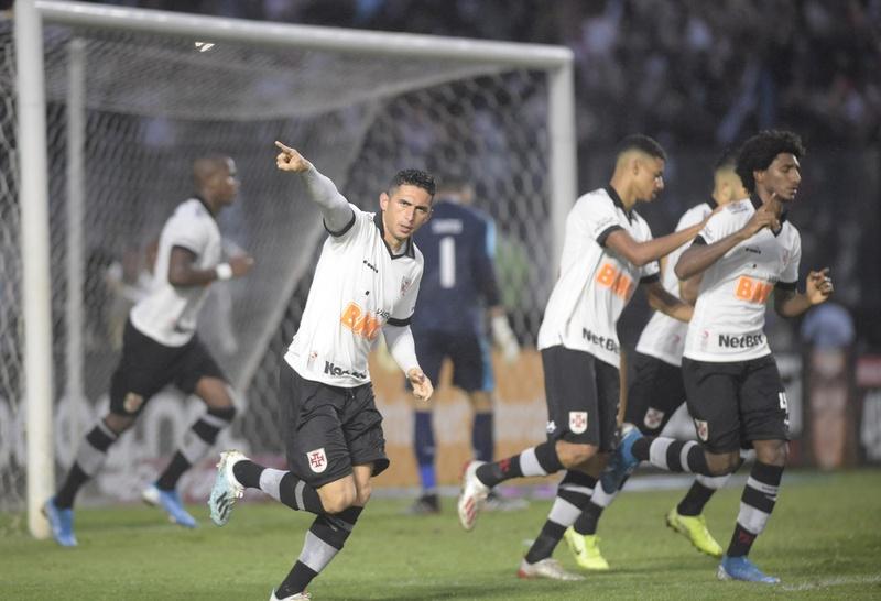 Danilo Barcelos comemora o gol, após cobrar pênalti e vencer Santos: Vasco 1 x 1 Athletico-PR em SJ