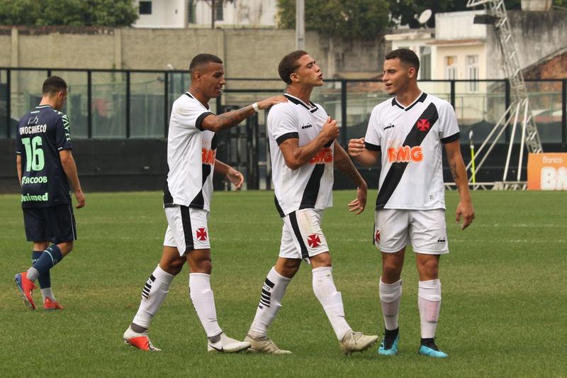 Figueiredo comemora um dos gols na vitória sobre a Chapecoense