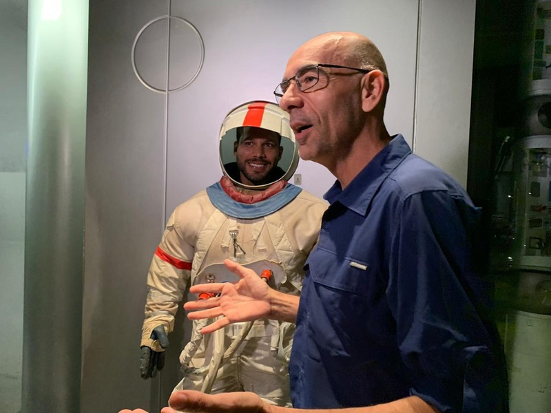 Henríquez, zagueiro do Vasco, visita o Planetário do Rio de Janeiro