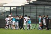 Jogadores comemoram o gol de Juninho com a comissão técnica (Foto: Dikran Júnior/Divulgação)