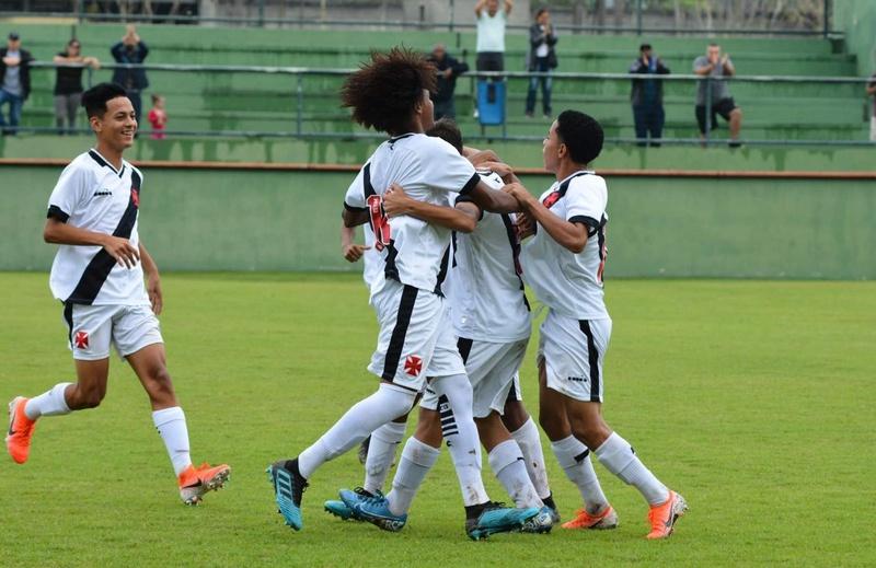 Meninos da Colina festejam um dos gols da goleada