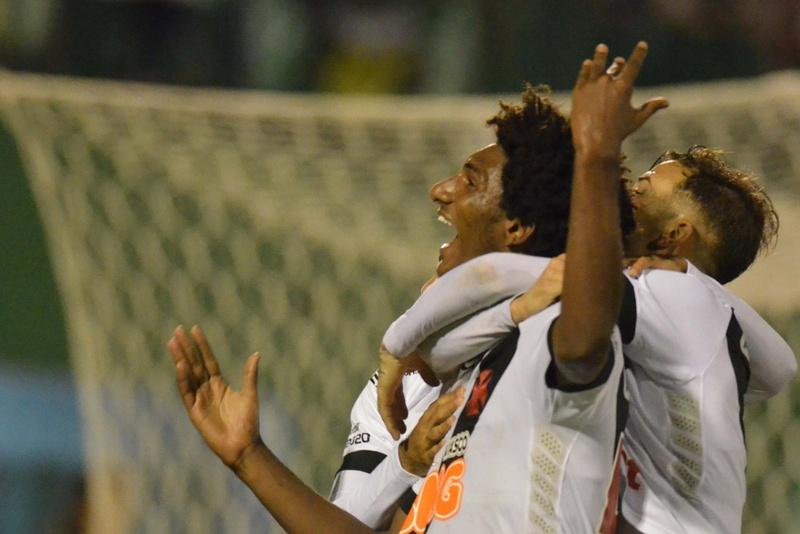 Talles comemora o segundo gol do Vasco contra a Chapecoense