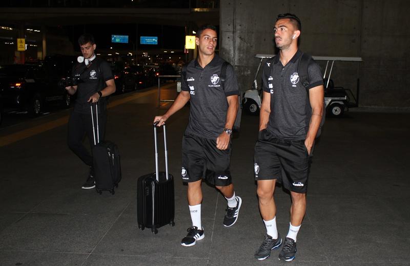Felipe Ferreira ao lado de Raul no desembarque em BH