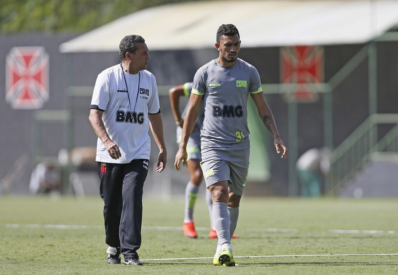 Luxemburgo conversa com Raul no treino do Vasco