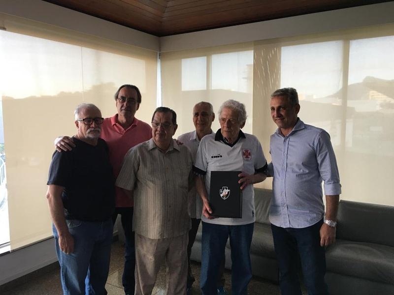 Oswaldo Aranha recebeu uma camisa do presidente e dos diretores do clube