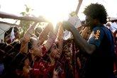Talles Magno atende os fãs (Foto: Alexandre Loureiro/ CBF)
