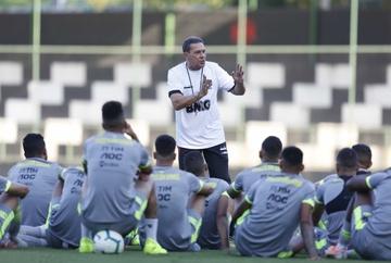 Vanderlei Luxemburgo conversa com os jogadores em treino: confiança em alta