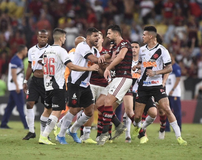 Confusão entre os jogadores no fim de Flamengo x Vasco