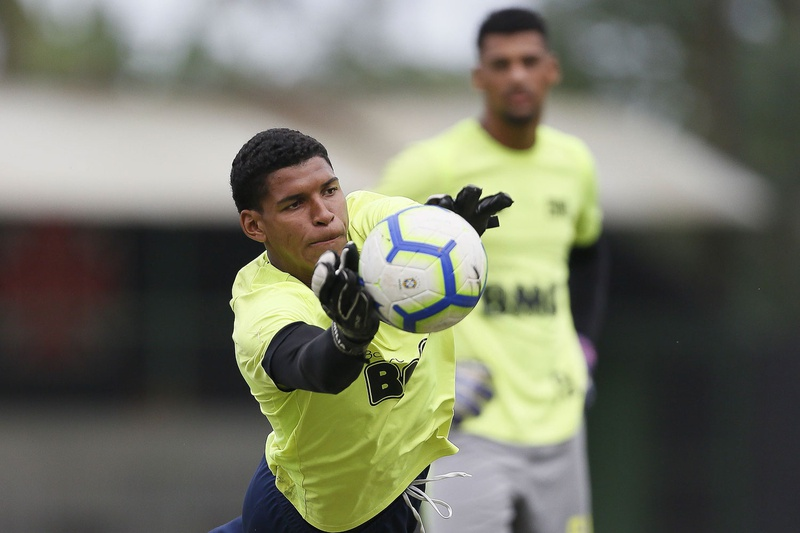 Halls pegou dois pênaltis e garantiu classificação do Vasco para as semifinais do Brasileiro Sub-20