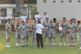 Luxemburgo conversando com elenco durante treino (Foto: Felipe Schmidt/GloboEsporte.com)