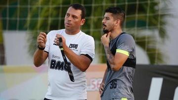 Mauricio Copertino orienta o zagueiro Ricardo Graça em treino do Vasco no CT do Almirante