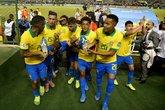 Talles Magno saiu carregado pelos companheiros do gramado do Bezerrão (Foto: Buda Mendes/FIFA via Getty Images)