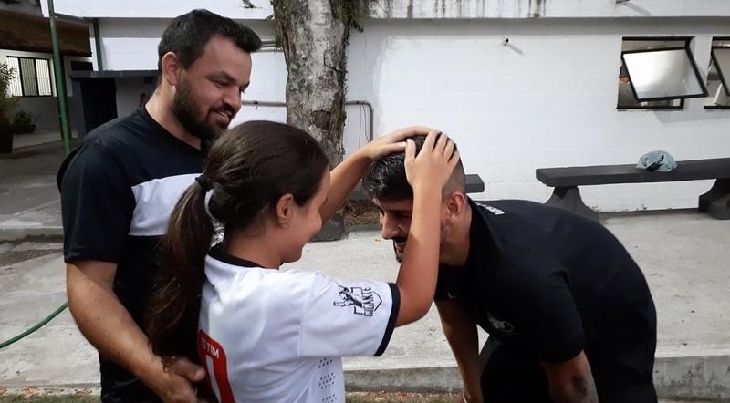 Ao lado do pai Jefferson, Larrisa faz o reconhecimento de Ricardo Graça