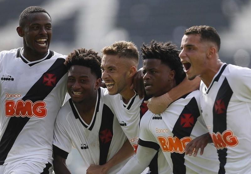 Jogadores do Vasco comemoram gol no Brasileiro Sub-20