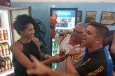 Torcida comemora abertura de geladeira da Brahma (Foto: Bruno Braz/ UOL)