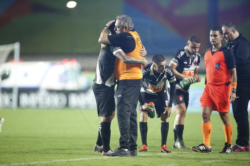 Abel Braga e Germán Cano se abraçam após a vitória diante do Boavista