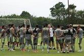 Abel Braga orienta jogadores durante treino no CT do Almirante (Foto: Carlos Gregório Jr./Vasco.com.br)