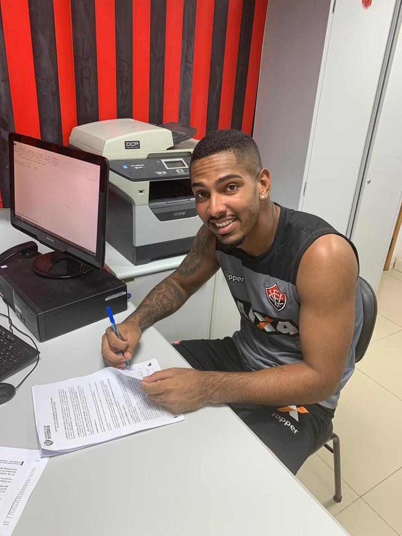 João Pedro assina contrato com o Vitória