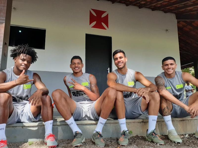 Lucas Santos, Marrony, Tiago Reis e Alexandre antes do treinamento