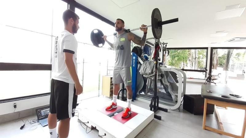 Zagueiro Leandro Castan realiza avaliações com fisiologista durante a reapresentação do Vasco no CT