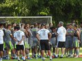 Abel Braga conversa com elenco durante treino