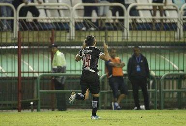 Andrey comemora o gol marcado por ele na partida