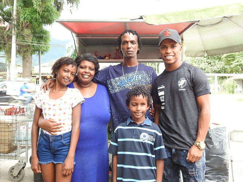 Juninho ao lado da familia