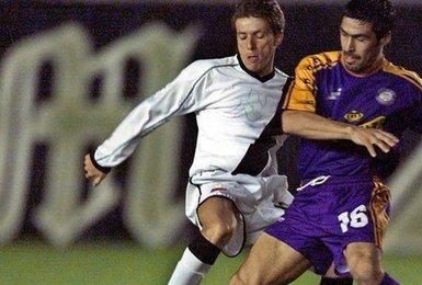 Juninho Paulista em ação contra o Deportes Concepción em 2001