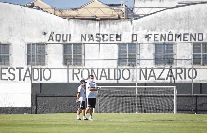 Ramon Menezes observa o treinamento ao lado do auxiliar
