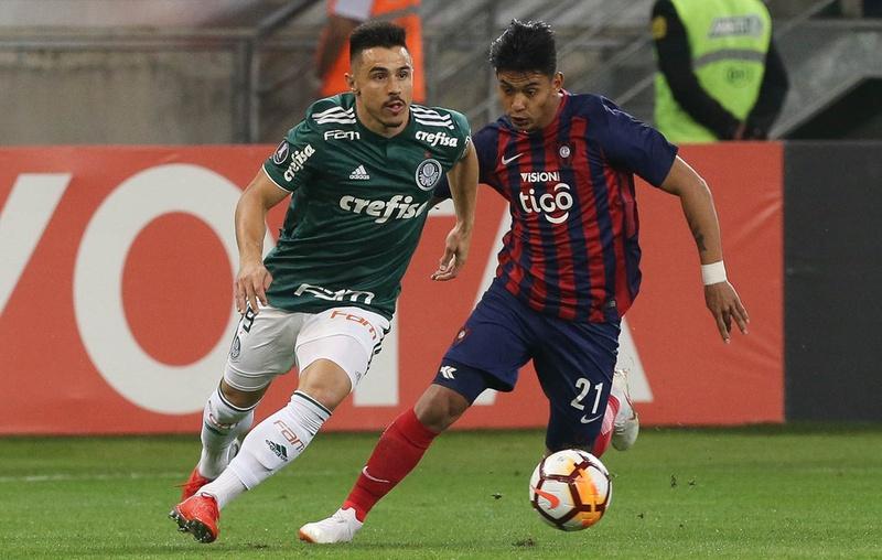 Santiago Arzamendia durante a partida contra o Palmeiras com a camisa do Cerro Porteño