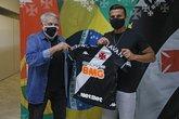 Guilherme Parede recebe camisa do Vasco das mãos do VP de Futebol José Luis Moreira (Foto: Rafael Ribeiro/Vasco.com.br)