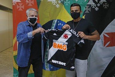 Guilherme Parede recebe camisa do Vasco das mãos do VP de Futebol José Luis Moreira