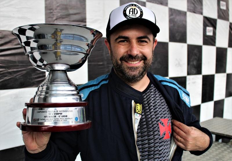 O piloto Daniel Rienda comemora com a camisa do Vasco no pódio.