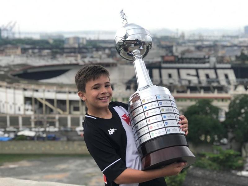Gui Lima segurando a réplica da taça da Libertadores, no Mirante da Colina