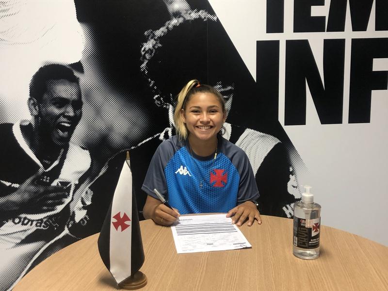 Nayra Pimentinha assinando contrato com o Vasco
