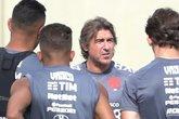 Ricardo Sá Pinto conversa com os atletas antes do treino (Foto: Roberto Rosendo/Vasco.com.br)