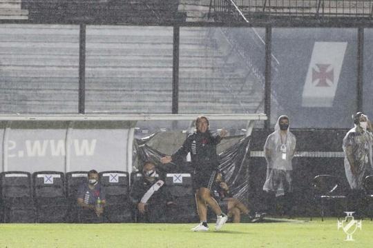 Ricardo Sá Pinto orientando a equipe durante a partida