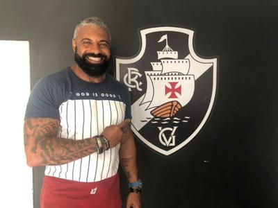 Torcedor Achilles Martins na secretaria de São Januário